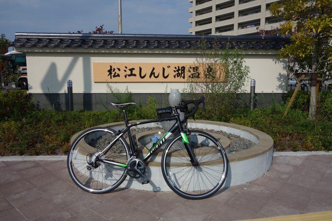 松江宍道湖温泉の碑とロードバイク