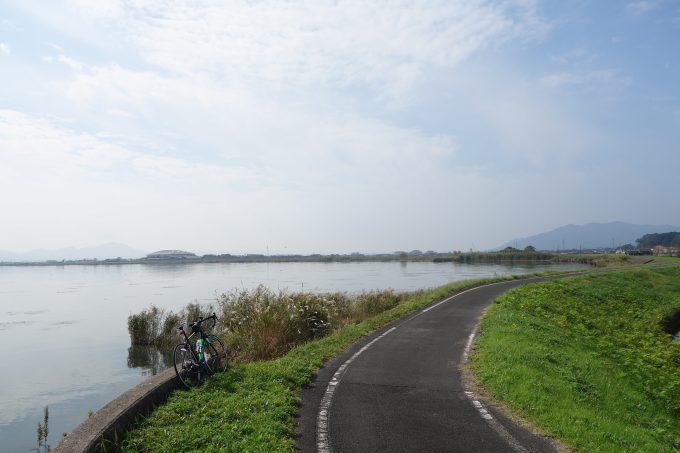 宍道湖畔を走る出雲路自転車道