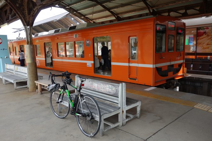 ロードバイクを乗せる一畑電車のホーム
