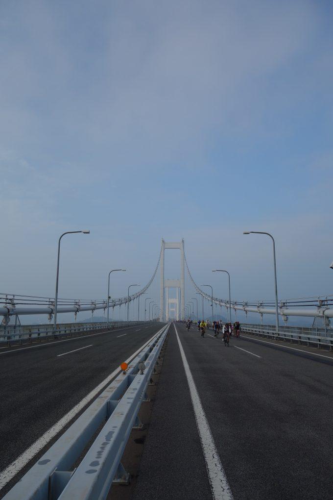 サイクリングしまなみ 来島海峡大橋の高速道路を走る写真