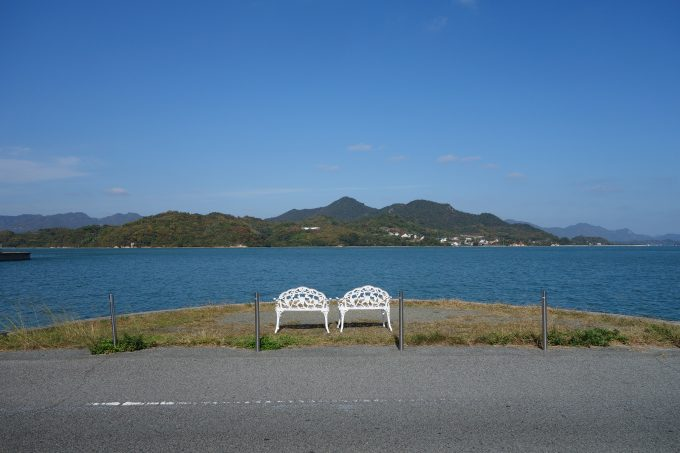 ドルチェの前にある、海を臨むベンチ。