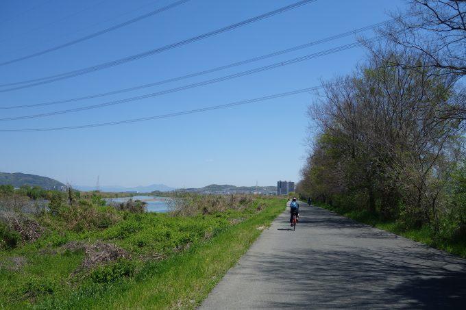 淀川サイクリングロードの河川敷を走るロードバイク