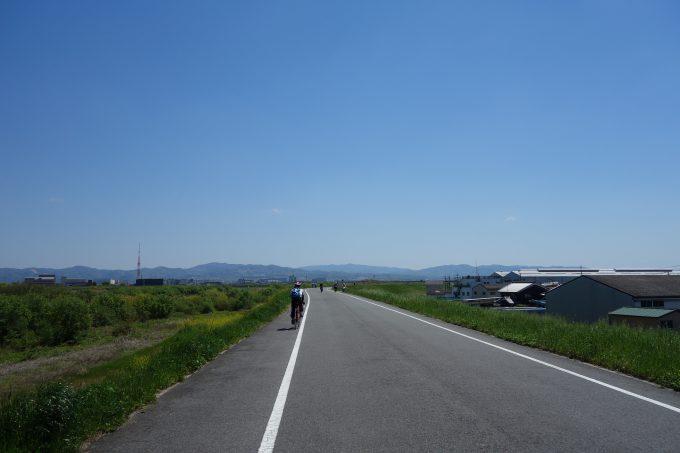 木津川沿いを走るロードバイク