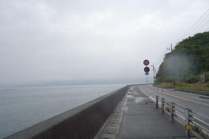 雨の日のサイクリングロード