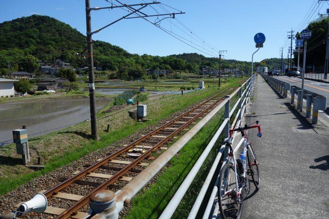 さざなみ海道 JRの線路と並走する道路