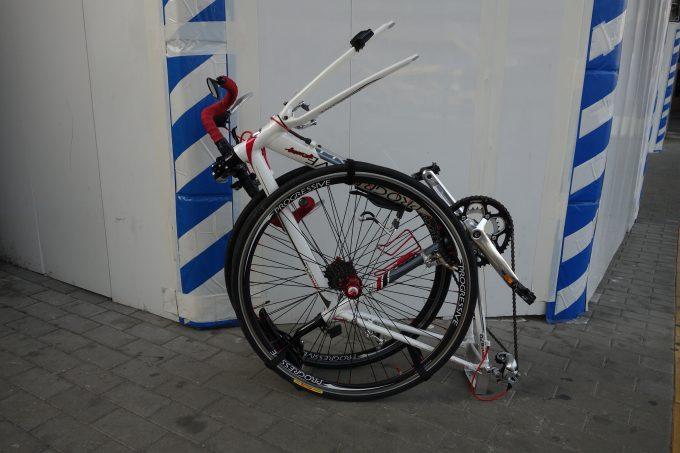 輪行時のロードバイク梱包例。車体をタイヤではさむ