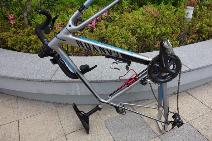 サドルとエンド金具で自立したロードバイク