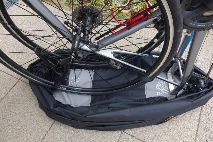 輪行袋のイラスト通りに自転車を置く