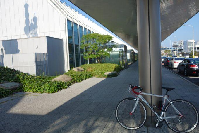 松山空港の自転車組み立て場