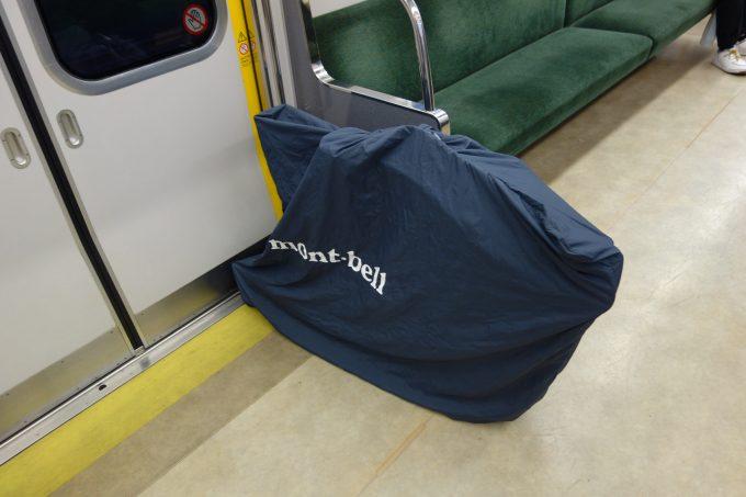 横型輪行袋を普通車に置いたイメージ