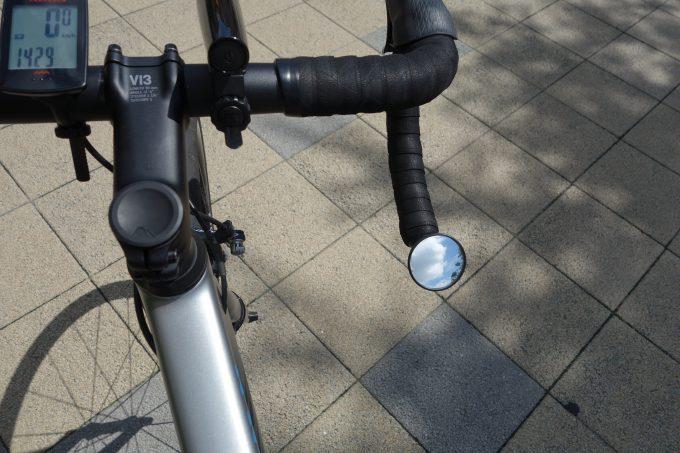 ロードバイクのハンドルに装着したバックミラー