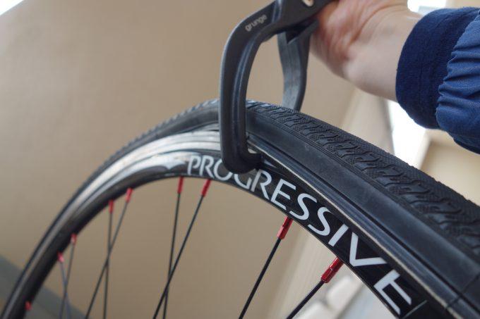 【自転車タイヤペンチ】固いタイヤがはまらない!ロードバイクのパンク修理をラクにする超便利アイテム