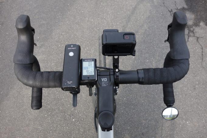 ロードバイクのハンドルに付けたGoProHERO7を上から見たイメージ