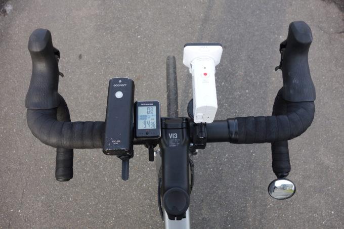 ロードバイクのハンドルに付けたソニーアクションカムHDR-AS300を上から見たイメージ