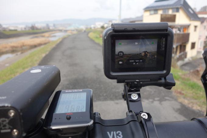 ロードバイクのハンドルに付けたアクションカメラの動画撮影イメージ