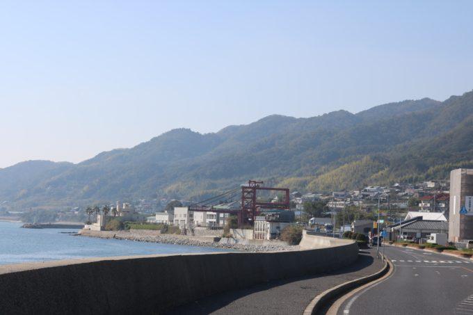 淡路島の海と山に挟まれた道路