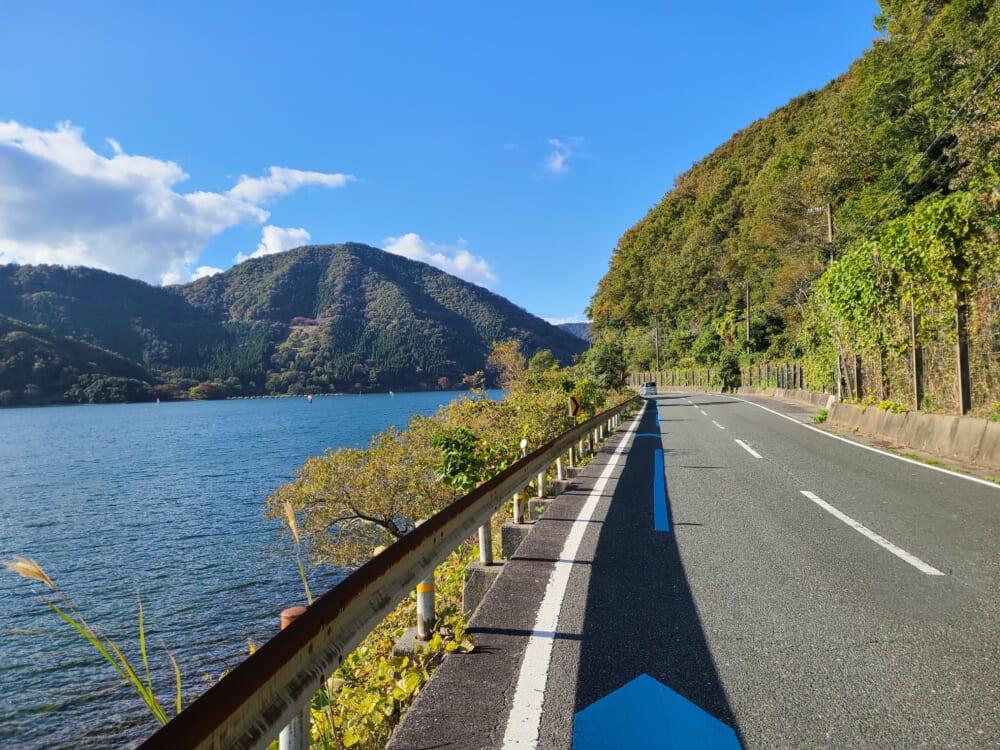 琵琶湖の湖北 サイクリングロードを示す、青い矢印