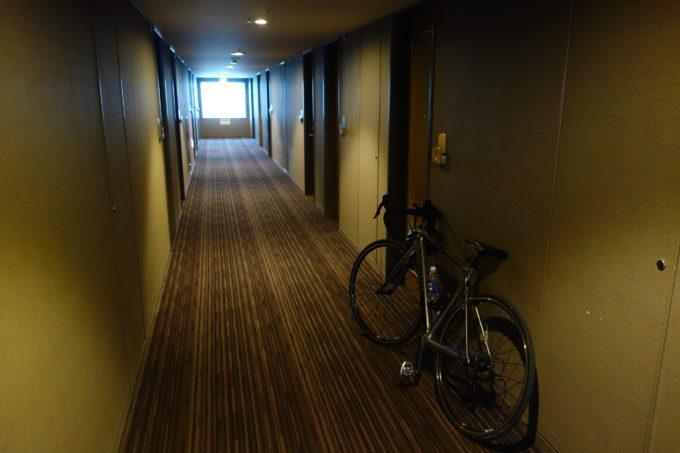 今津サンブリッジホテルの廊下 ロードバイクを押して歩く