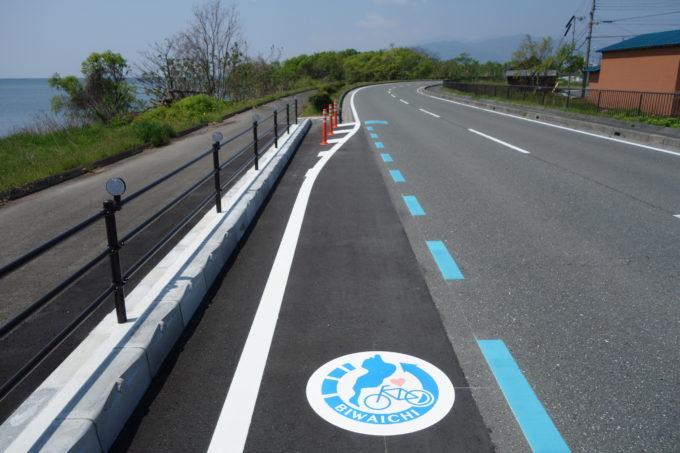 琵琶湖サイクリングロードの青い矢印とビワイチマーク