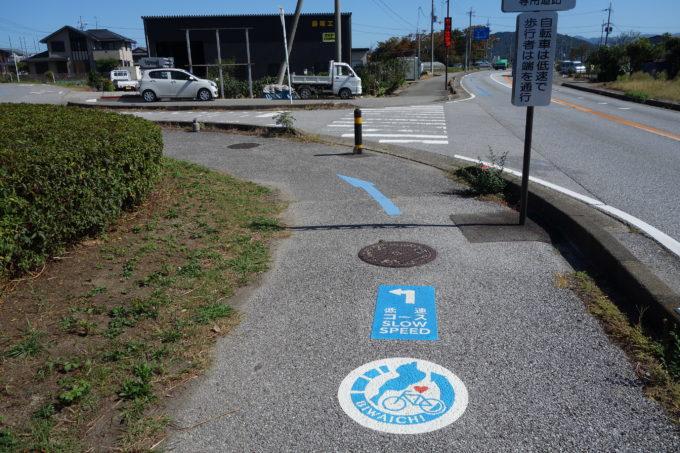 琵琶湖一周サイクリングビワイチの曲がる方向を示すペイントと標識
