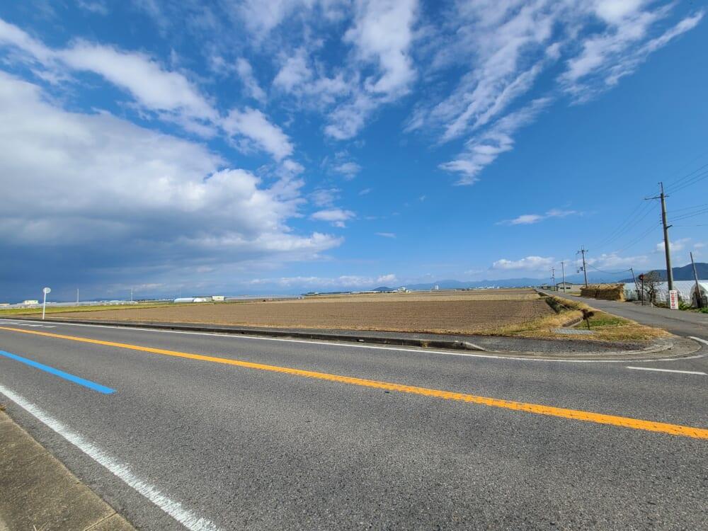 道路が広くてサイクリングしやすい、琵琶湖の田園風景