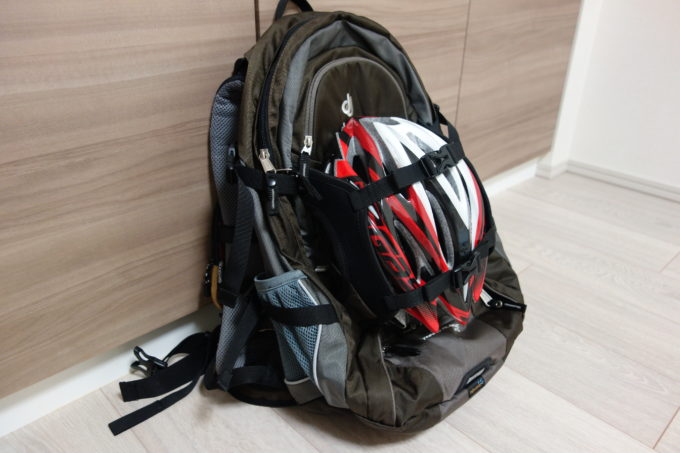 ロードバイク用リュック ドイタートランスアルパイン25 ヘルメットホルダー使用イメージ