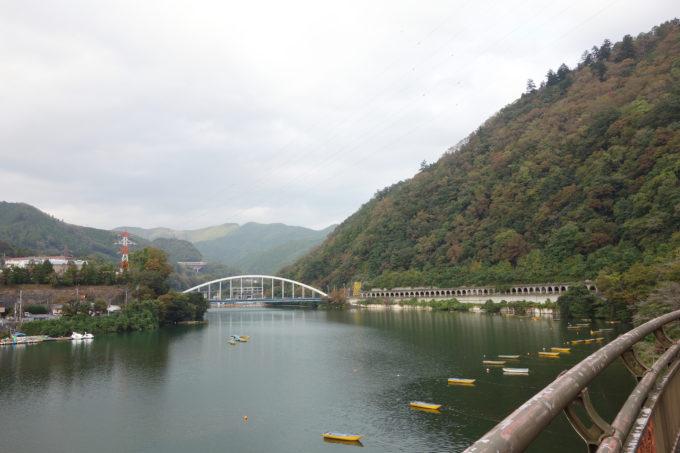 相模湖と相模湖大橋の景色