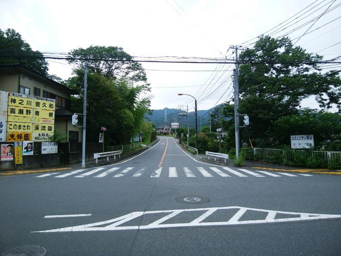 青山交差点から道志みち方面を見る