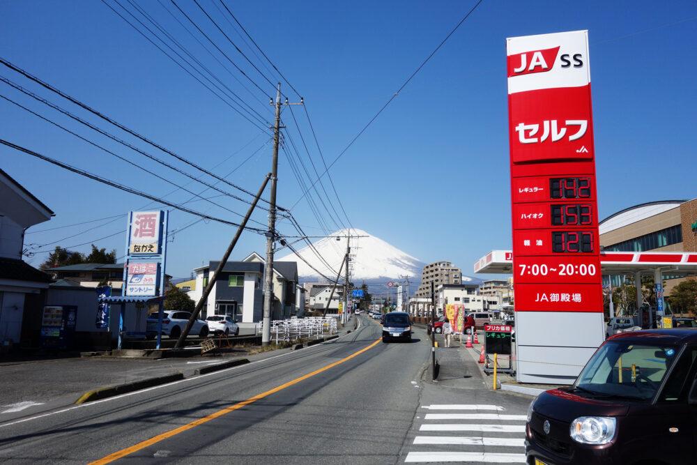 御殿場市街地の道路から見える富士山