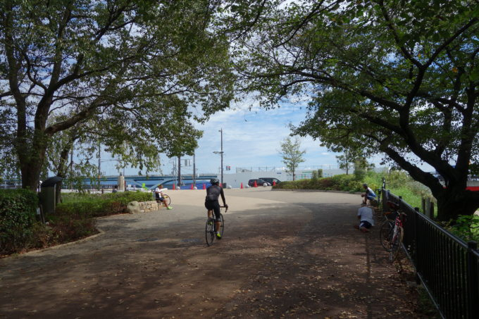 御幸橋のロードバイクが休憩できる公園