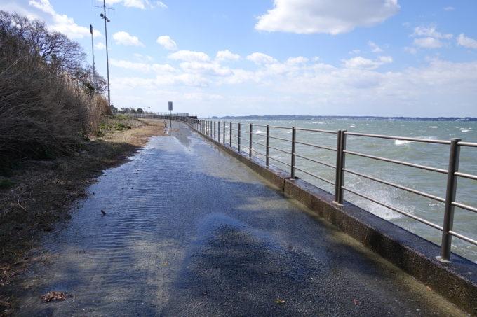 風と波で濡れている浜名湖周遊自転車道