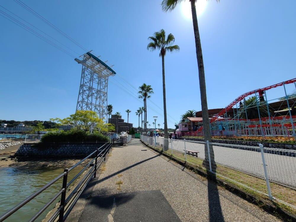 ロープウェイと遊園地に挟まれている浜名湖周遊自転車道