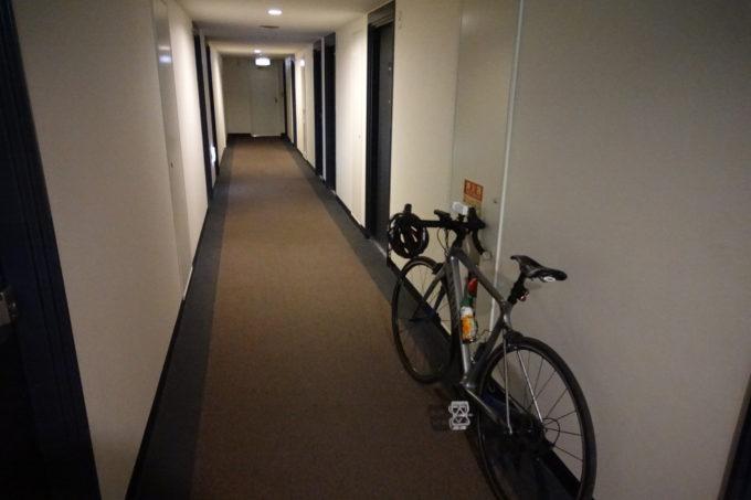 霞ヶ浦かすいち宿泊におすすめホテル ホテルグリーンコア土浦 自転車を押している廊下