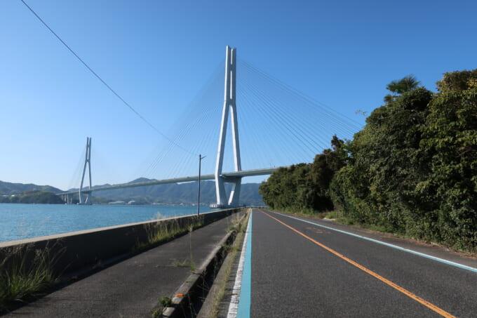 生口島の道路で多々羅大橋をくぐる