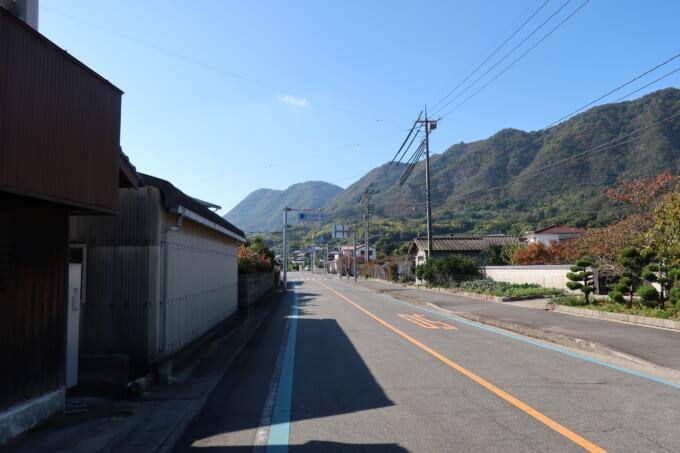 生口島の山際の道路