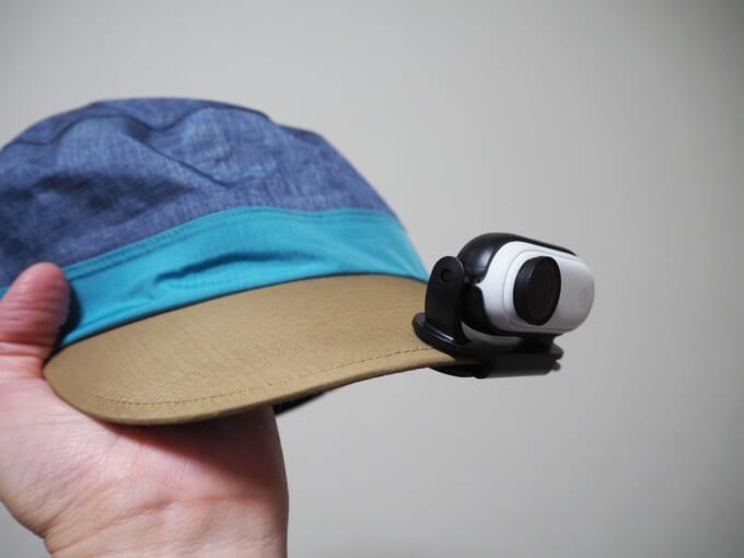 ベルトクリップ付き台座で帽子に固定したinsta360go2