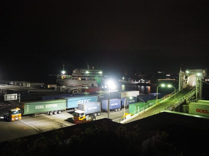 神戸港に到着するジャンボフェリー
