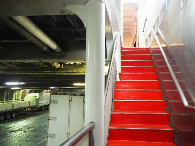 ジャンボフェリー 車両甲板から船内への階段