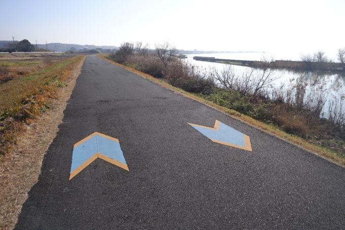 霞ヶ浦サイクリングロードの道案内のための矢印