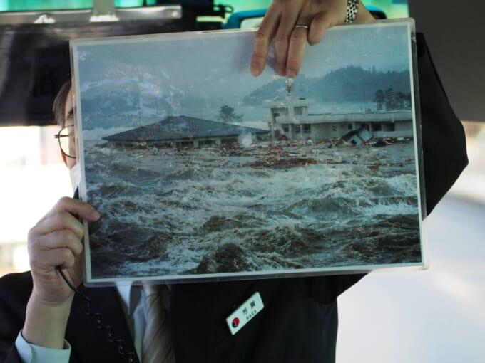 津波の被害を受ける戸倉小学校