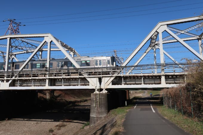 線路の下をくぐる桂川サイクリングロード