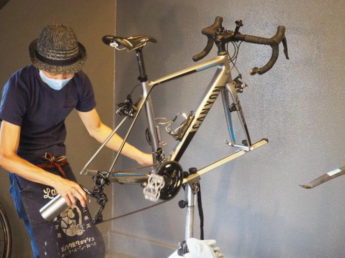 ロードバイク洗車専門店 ラバッジョの洗車 チェーンを磨く