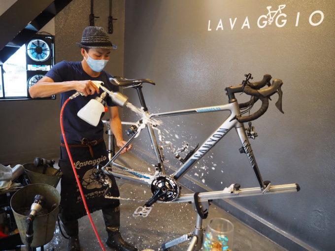 ロードバイク洗車専門店 ラバッジョの洗車 フレームの洗剤塗布1
