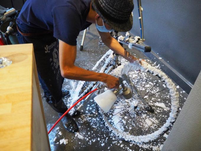 ロードバイク洗車専門店 ラバッジョの洗車 タイヤの洗剤塗布2