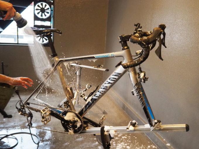 ロードバイク洗車専門店 ラバッジョの洗車 洗剤の水洗い