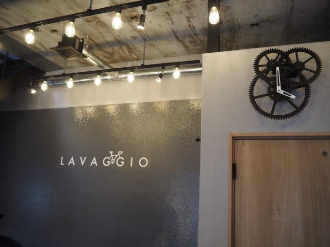 ロードバイク洗車専門店 ラバッジョの店内 ロゴと時計