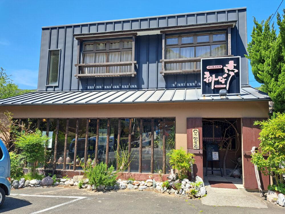 佐田岬半島三崎港の海鮮レストラン まりーな亭外観