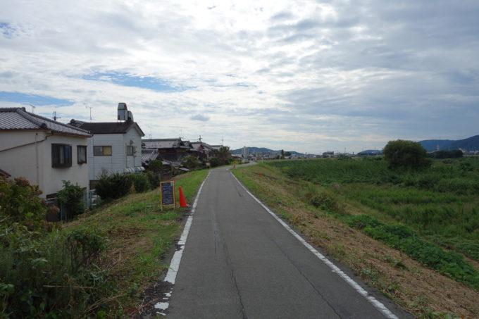 桂川サイクリングロード モーニンググローリーの堤防の看板