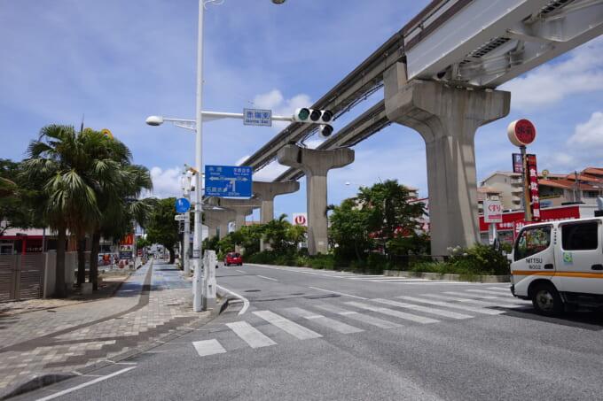 那覇市街の道路とゆいレール