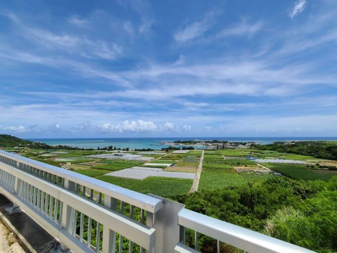 沖縄県南城市の橋から見える海
